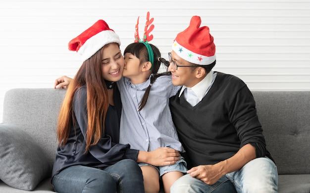 Família asiática mãe e pai com filha celebração feliz natal juntos