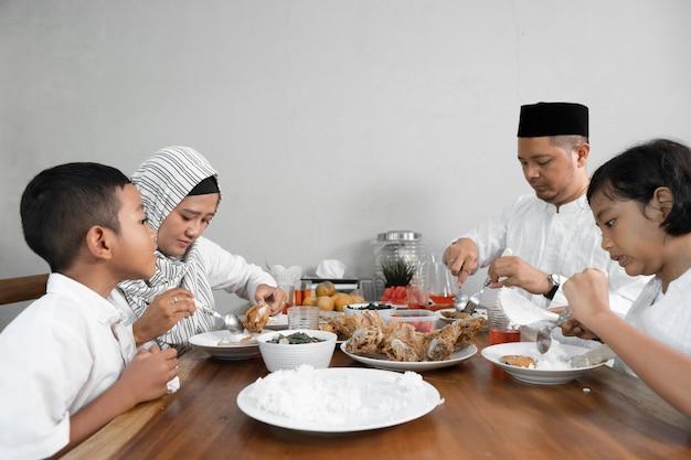Família asiática muçulmana tendo sahoor