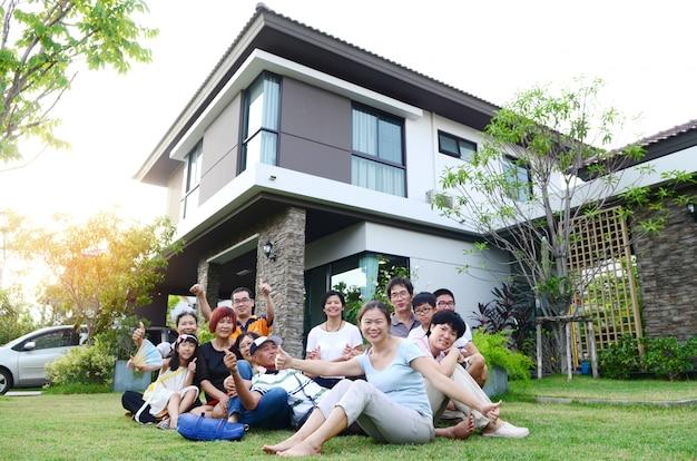 Família asiática multi-geração que relaxa fora da home em bang bon, banguecoque.