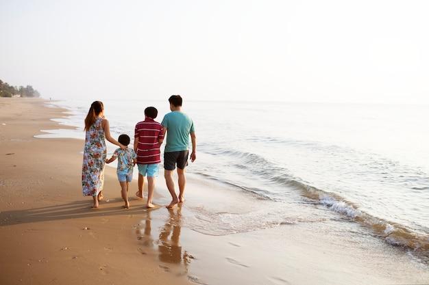 Família asiática na praia