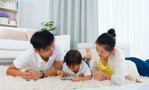 Família asiática que encontra-se no assoalho