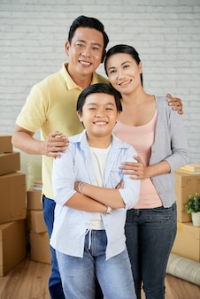 Família asiática se mudando para um novo apartamento