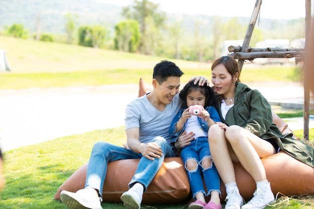 Família asiática viagem viagem feliz união. jovem pai e mãe selfie junto com dauther tirando foto.