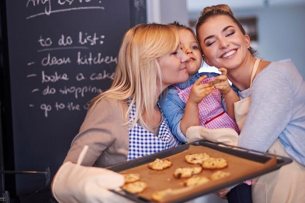 Família assando biscoitos