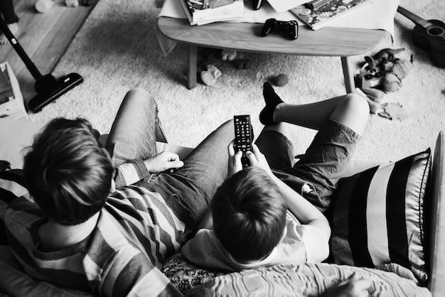 Família assistindo tv na sala de estar