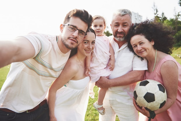 Família ativa alegre se divertindo na zona rural em dia de verão.