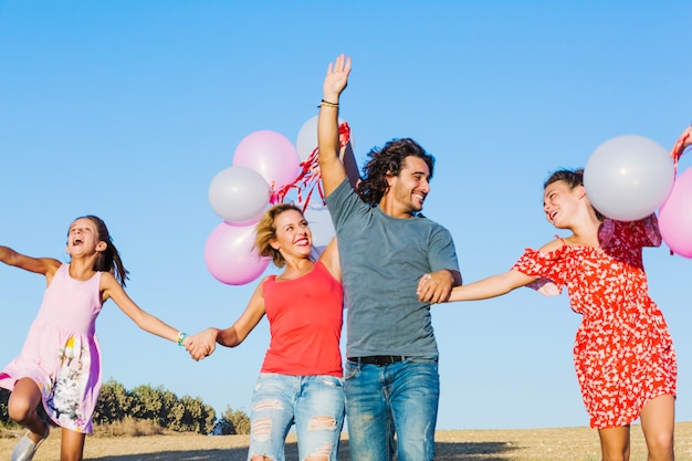 Família ativa com balões se divertindo