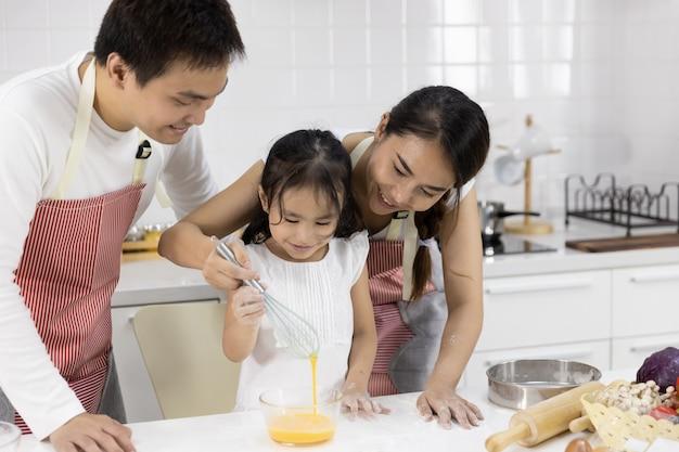 Família batendo ovos na tigela