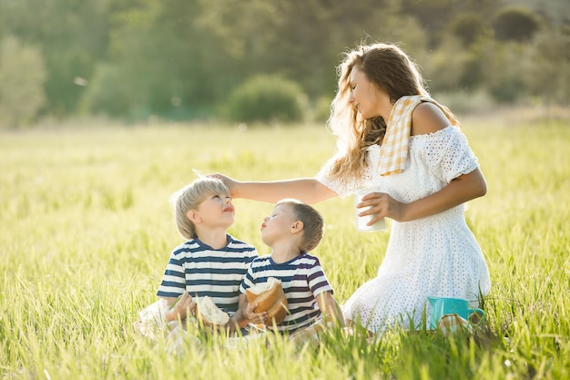 Família bebendo leite ao ar livre