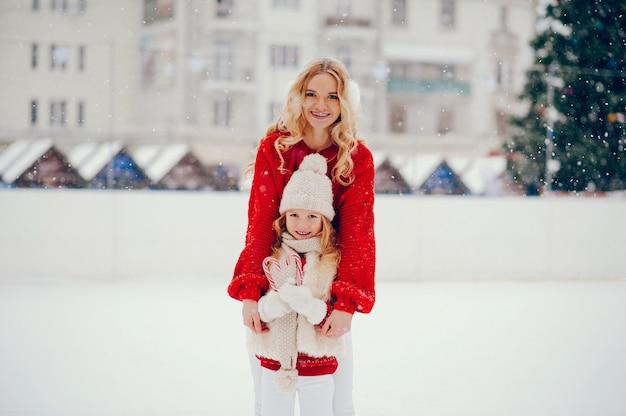 Família bonita e bonita em uma cidade de inverno