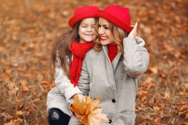 Família bonita e elegante em um parque de outono