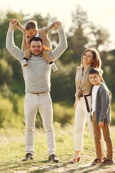 Família bonita jogando em um campo de verão