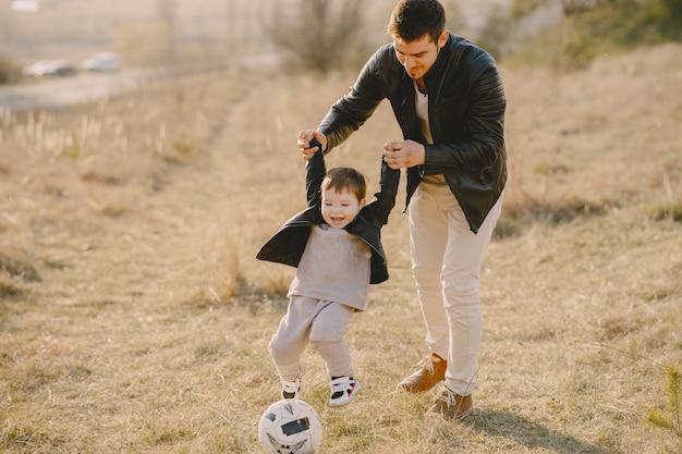 Família bonita jogando em um campo ensolarado