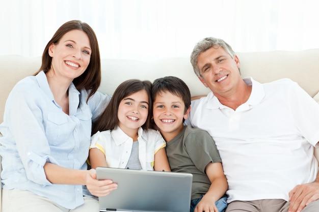 Família bonita olhando a câmera em casa