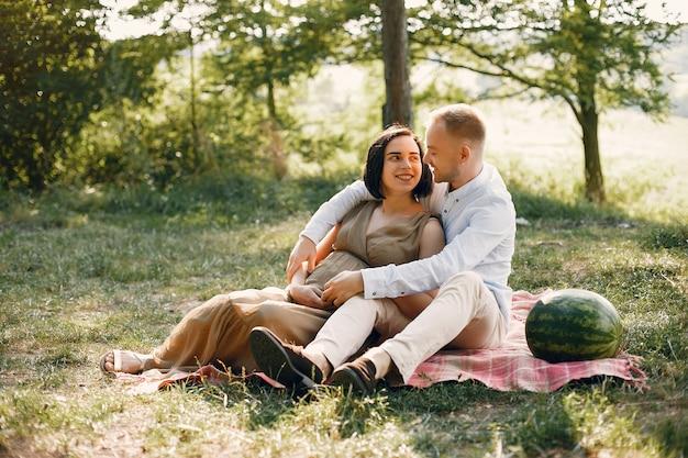 Família bonita, passar o tempo em um campo de verão
