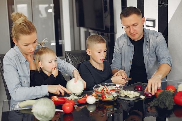 Família bonitinha preparando comida em uma cozinha