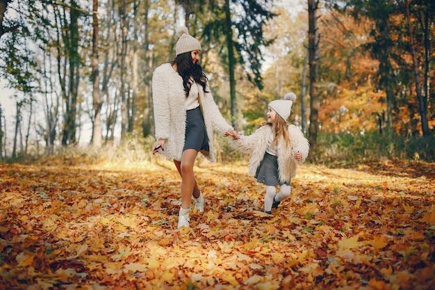 Família bonito e elegante em um parque de outono