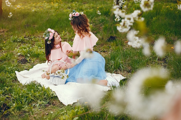 Família bonito e elegante em um parque de primavera