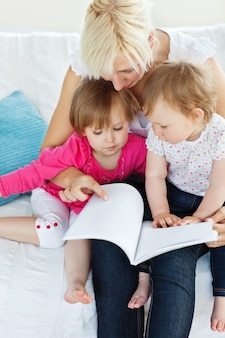 Família brilhante, lendo um livro no sofá