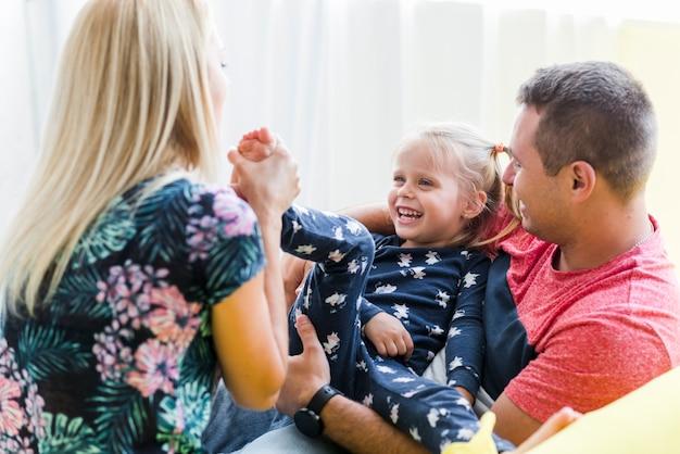 Família brincalhão em casa