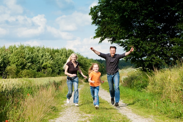 Família brincando a passear