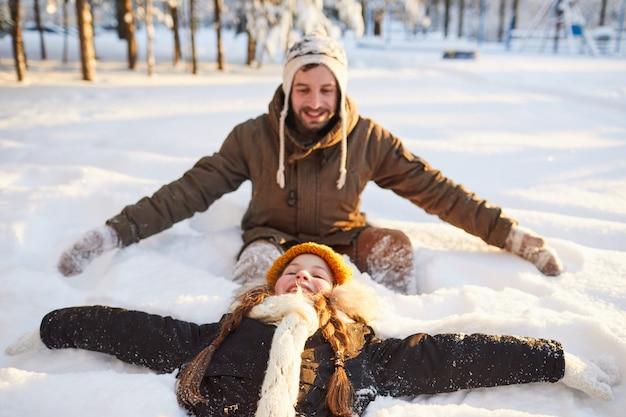 Família brincando na neve