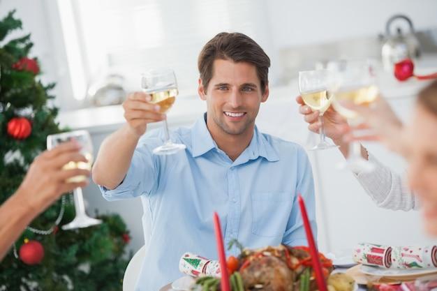 Família brindando no jantar de natal