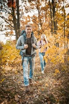 Família caminhadas no passeio na floresta de outono
