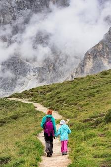 Família. caminhante de duas meninas - mãe com filha nas montanhas dolomitas, itália
