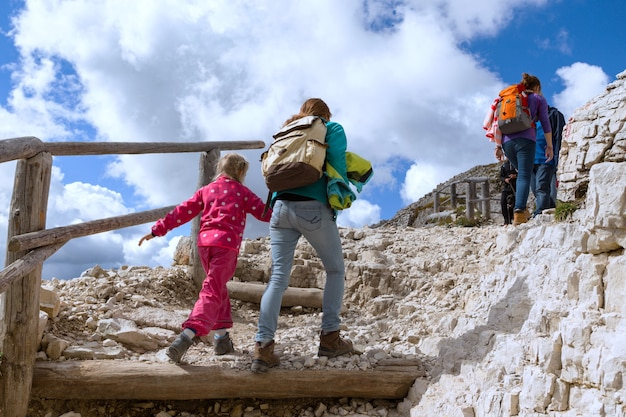 Família - caminhantes de meninas mãe e filha nas montanhas dolomitas, itália. tre cime di lavaredo