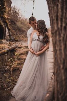Família casal um homem com uma grávida
