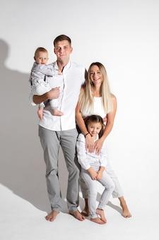 Família caucasiana alegre com dois filhos em estúdio.