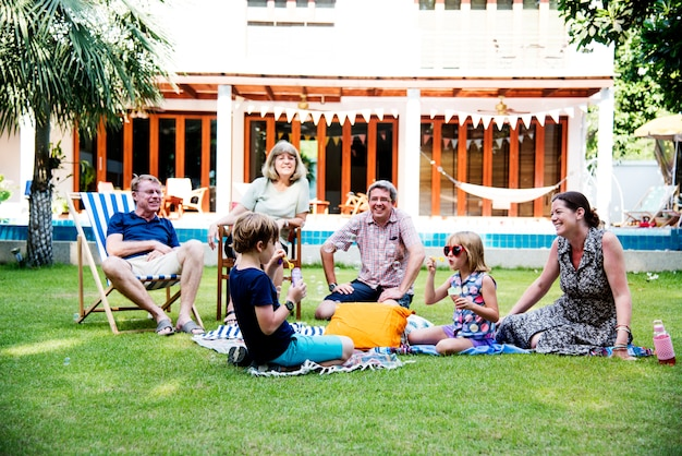 Família caucasiana felicidade férias juntos no quintal
