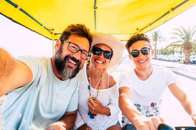 Família caucasiana feliz aproveitando a atividade de lazer de bicicleta ao ar livre juntos se divertindo e rindo