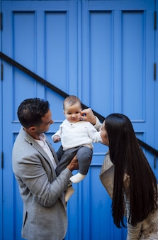 Família caucasiana feliz com uma menina
