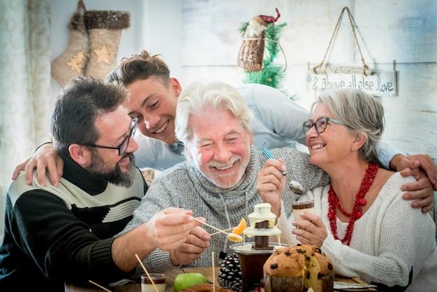 Família caucasiana sorri e se diverte todos juntos na época do natal