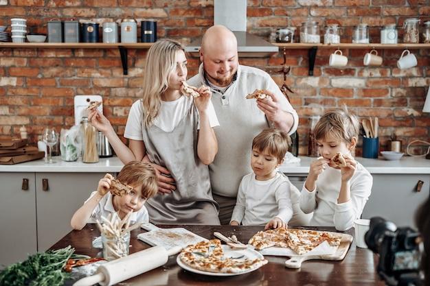 Família caucasiana, transmitindo sua atividade de lazer e estilo de vida doméstico na tv. programa de tv moderno de três meninos e seus pais.