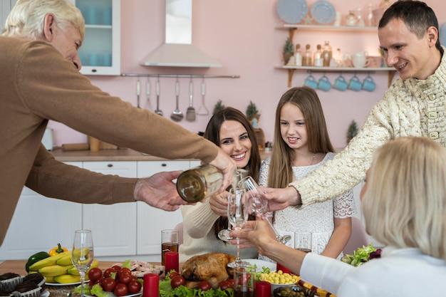 Família celebrando natal em casa