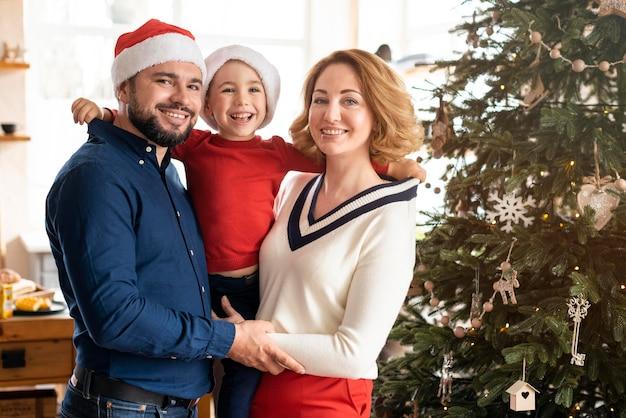 Família celebrando o natal junto com espaço de cópia