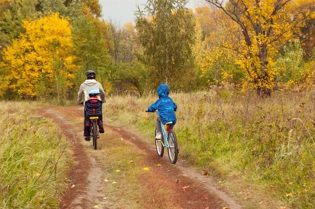Família ciclismo ao ar livre
