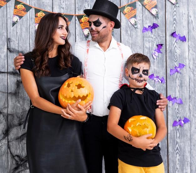 Família com abóboras esculpidas para o halloween