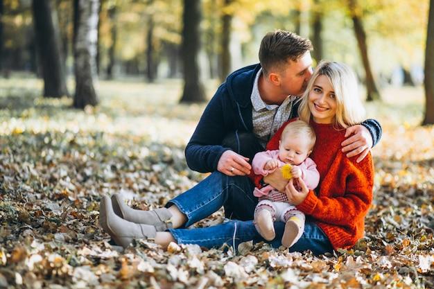 Família com baby daugher em um parque de outono