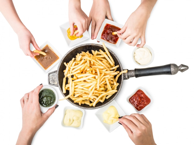 Família com batatas fritas no jantar