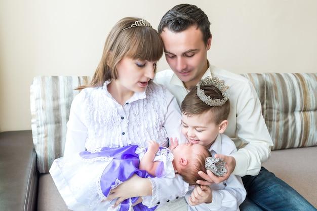 Família com bebê recém-nascido