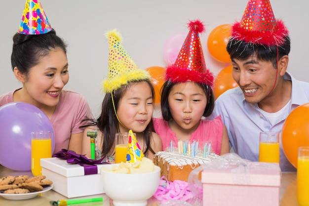 Família, com, bolo, e, presentes, em, um, partido aniversário