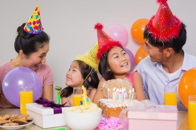 Família com bolo e presentes em uma festa de aniversário