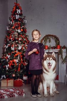 Família com cachorro em um interior.