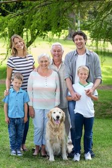 Família com cachorro no parque