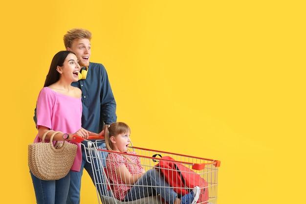 Família com carrinho de compras colorido