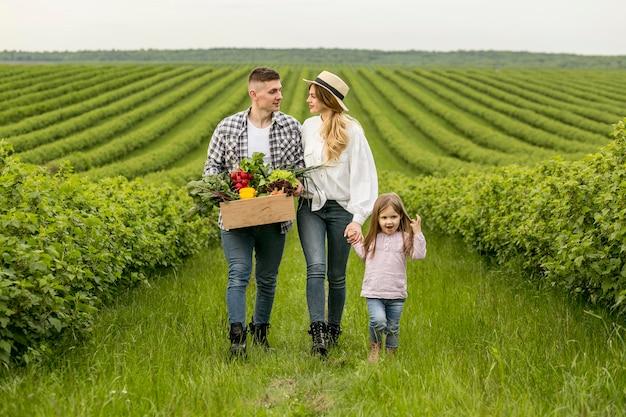 Família com cesta de legumes